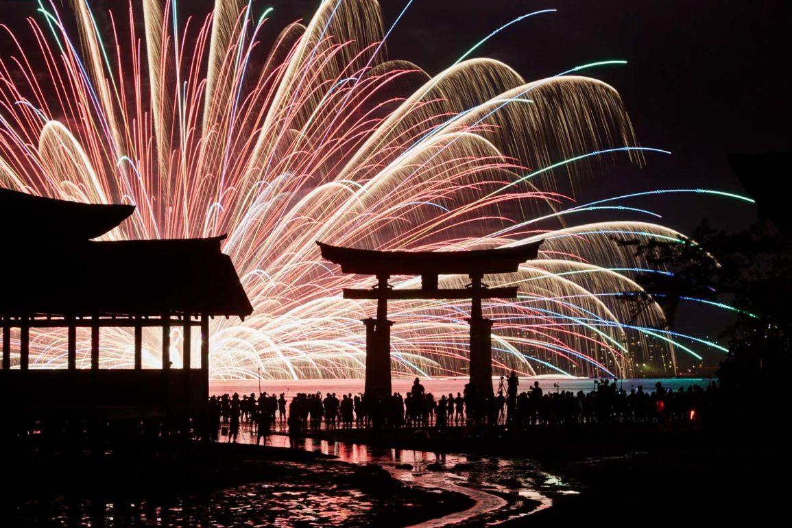 fuegos artificiles sobre el tori gigante de miyajima