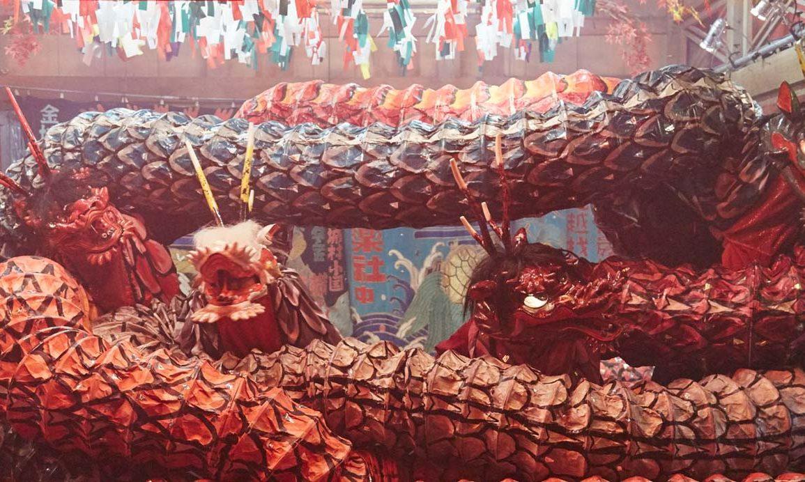 dragón en un escenario durante una danza kagura