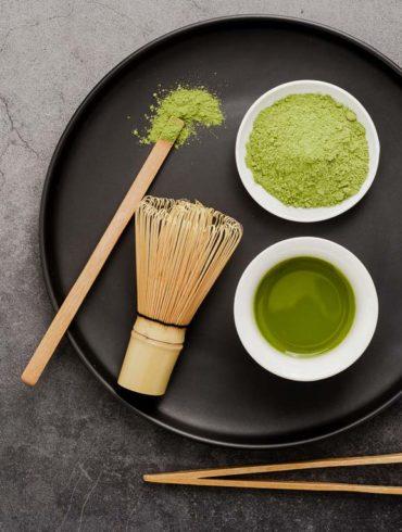 vista cenital de todos los instrumentos necesarios para preparar un té matcha
